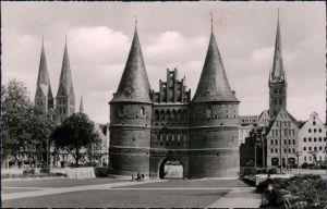 Ansichtskarte Lübeck Holstentor mit St. Marien u. Petrikirche 1957