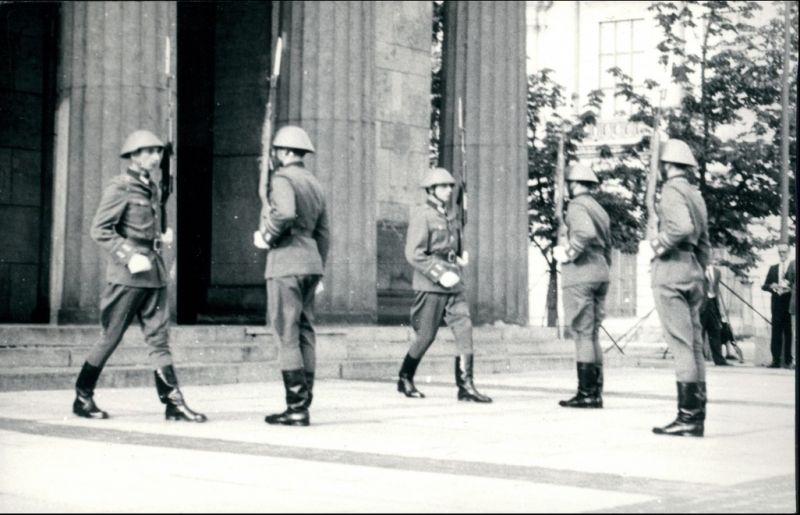 Mitte-Berlin NVA - Soldaten vor dem Brandenburger Tor 1971 Privatfoto