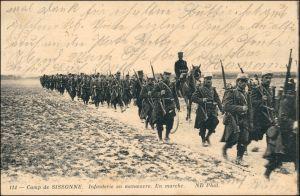CPA Sissonne Soldaten marschieren 1914