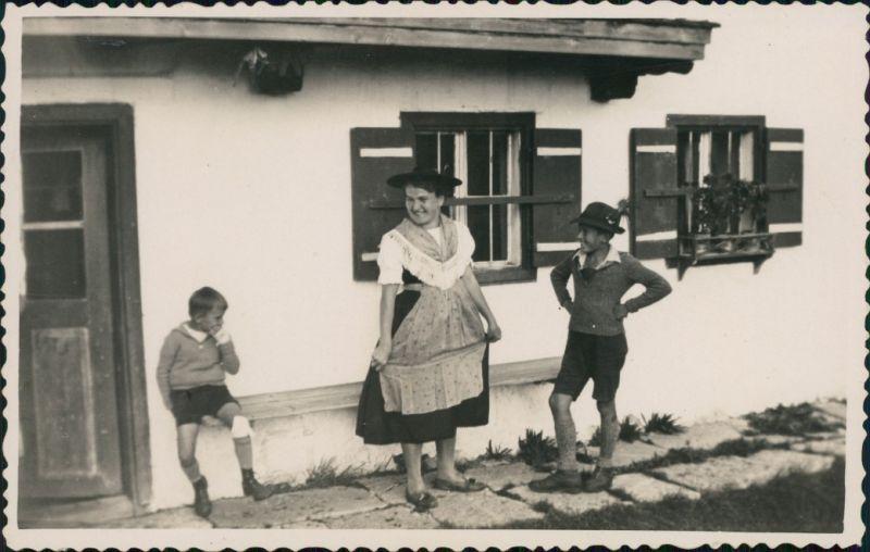 Foto  Mutter mit 2 Kindern in Tracht Alpen 1950 Privatfoto
