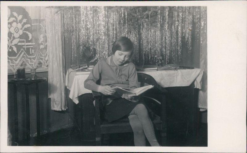 Foto  Mädchen ließt vor unterm Weihnachtsbaum 1932 Privatfoto