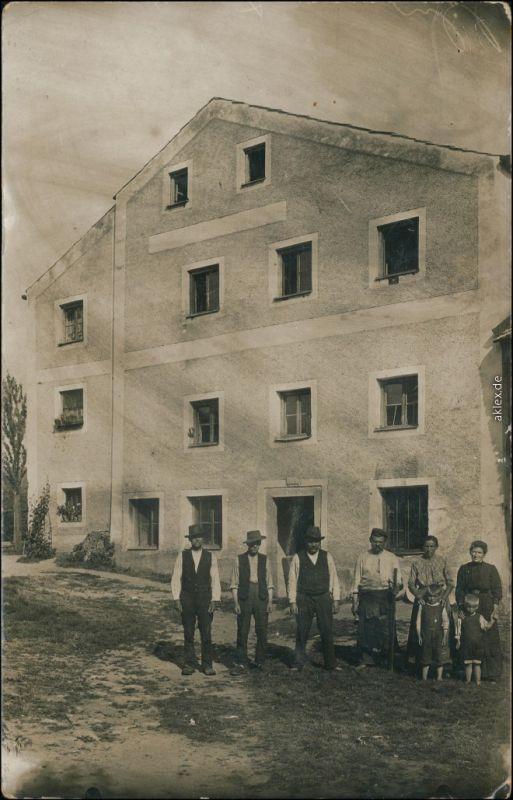 Deggendorf Arbeiter und Familie vor großem Haus - Privatfoto 1922 Privatfoto