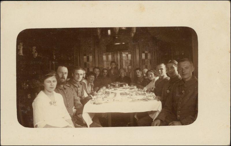 Foto  Soldaten mit Ihren Frauen am Tisch WK1 1917 Privatfoto