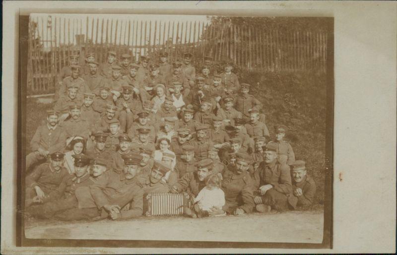 Ansichtskarte  Soldatengruppe, Kind und Frau Akkordeon 1916