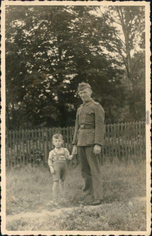 Foto  Soldat mit Jungen in Lederhosen Vater Sohn 1939 Privatfoto