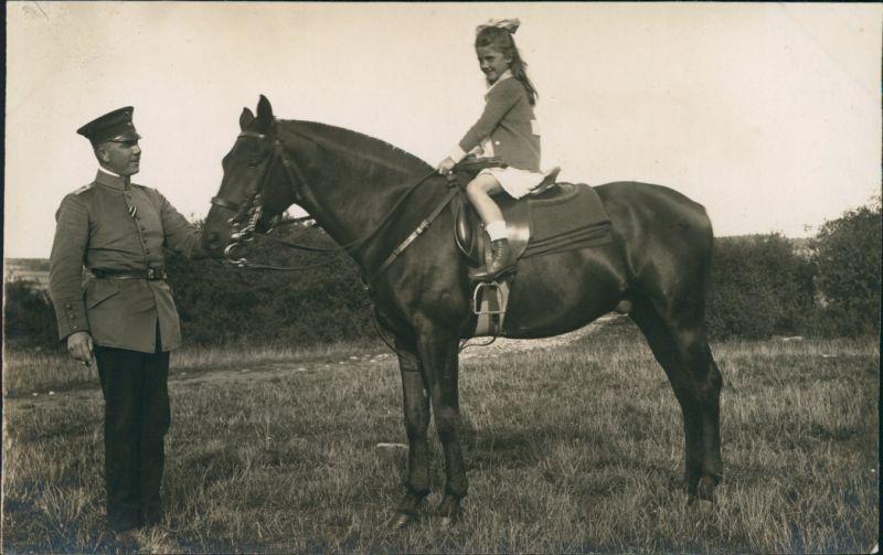 Foto  Soldat führt Mädchen auf Pferd 1917 Privatfoto