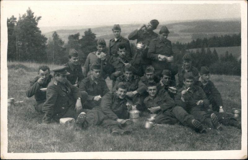 Foto  Gruppenfoto Soldaten beim Essen 1959 Privatfoto