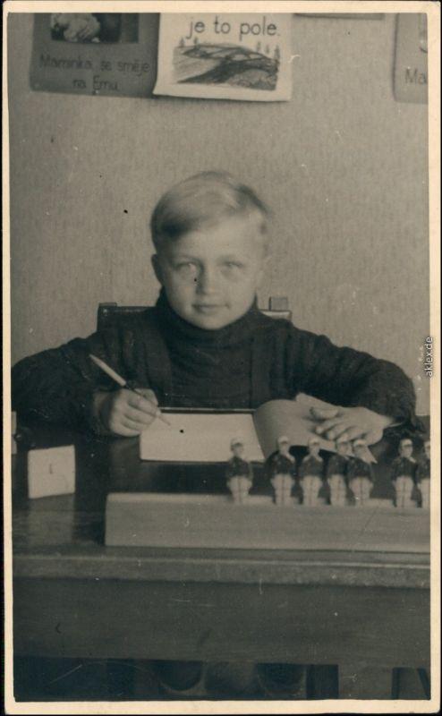Foto Tschechien Kind bei Schulaufgaben Klassenzimmer 1960 Privatfoto