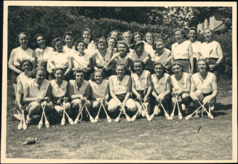 Gruppenfoto Mädchen mit Keulen Sportler - Tschechien 1932 Privatfoto