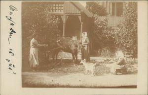 Foto  drei Frauen mit Kuh und Hund vor Haus 1921 Privatfoto
