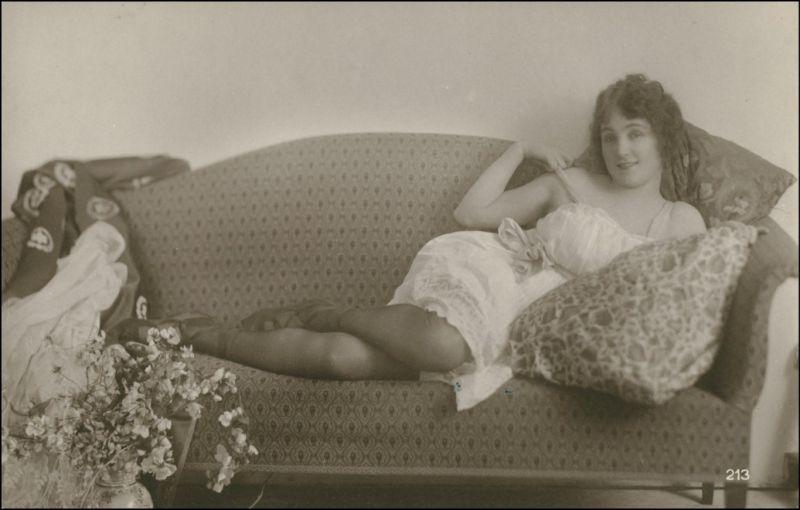Ansichtskarte  Erotika - junge Frau lassiv auf Sofa .- privatfoto AK Nude 1928