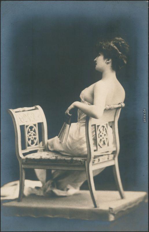 Ansichtskarte  Erotika - Frau lassiv auf Bank - Erotika Foto AK Nude  1907