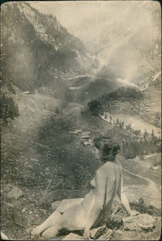 Ansichtskarte  Erotik Akt nackte schöne Frau in den Alpen Nude 1925