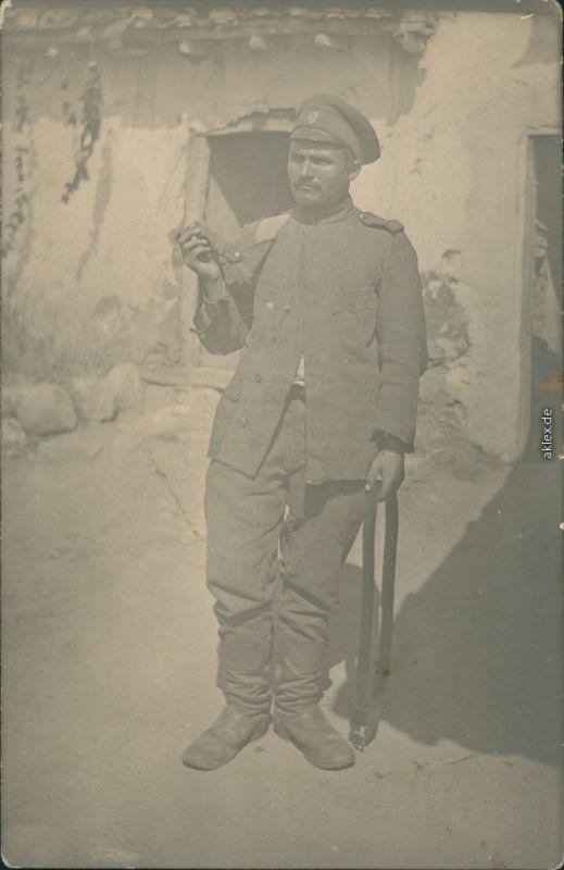 Foto  Soldat auf Krücke vor Haus 1. WK Privatfoto 1918 Privatfoto