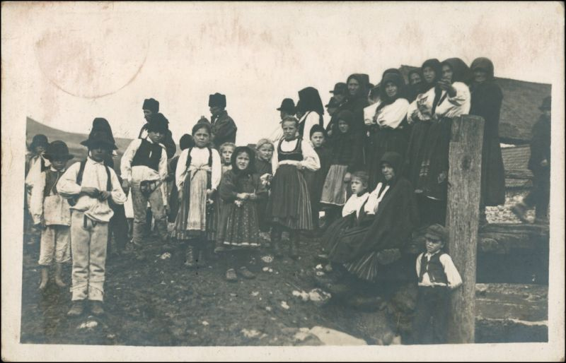 Trachten Typen: Kinder, Frauen und Männer Balkan? 1942 Privatfoto