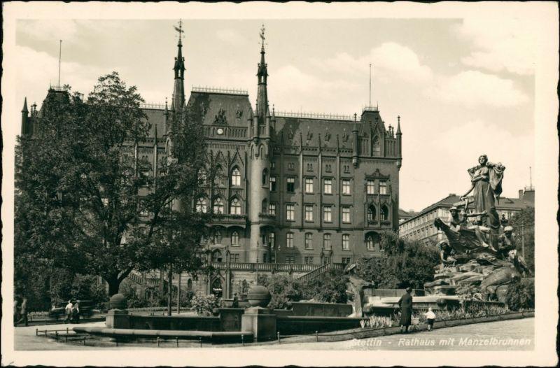 Postcard Stettin Szczecin Rathaus mit Manzelbrunnen und Menschen 1930