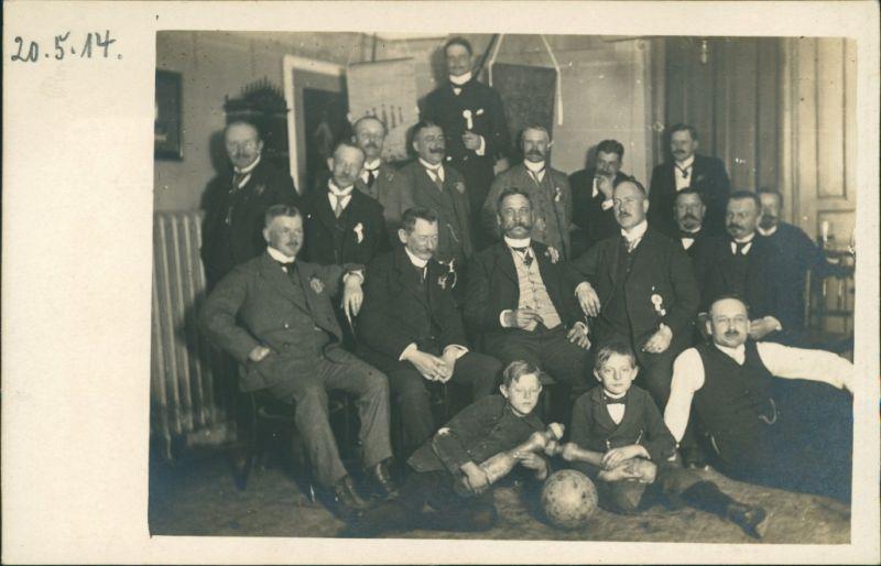 Foto  Herren und Kinder, Kegelverein - Gruppenbild 1914 Privatfoto