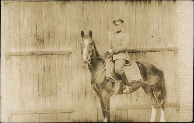 Foto  Soldat auf Pferd vor Stallung - Privatfoto AK 1916 Privatfoto