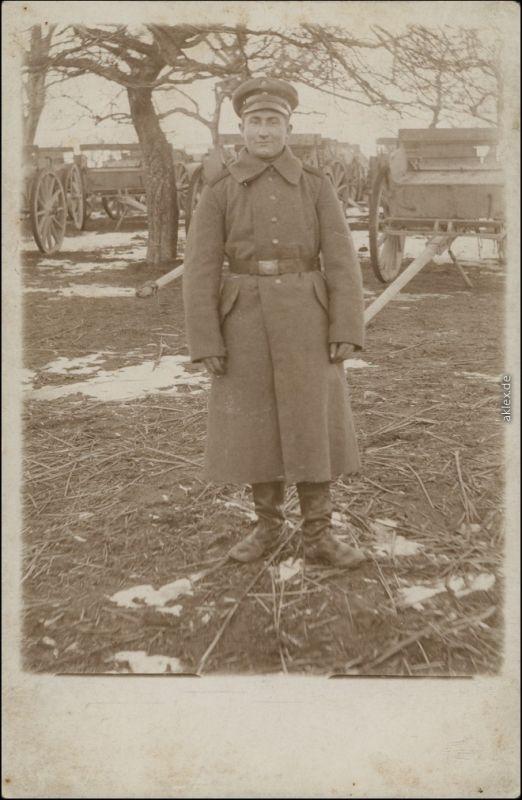 Foto  Soldat vor Geschütz, Militaria WK1 1914 Privatfoto