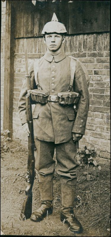 Ansichtskarte  Soldat, Pickelhaube - Gewehr 1916 Privatfoto
