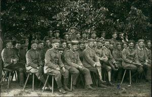 Ansichtskarte Lockstedter Lager Soldaten auf Stühlen im Lager 1915