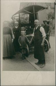 Foto  Männer und Frauen vor Auto Oldtimer 1917 Privatfoto
