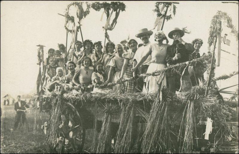 Foto  Bauern auf Festwagen - Erntedankfest 1912 Privatfoto