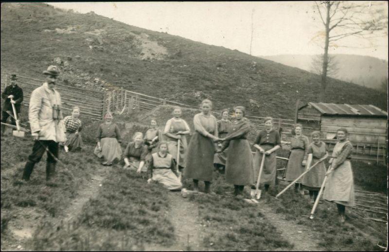 Foto  Bäuerinnen bei der Feldarbeit - Jäger 1918 Privatfoto