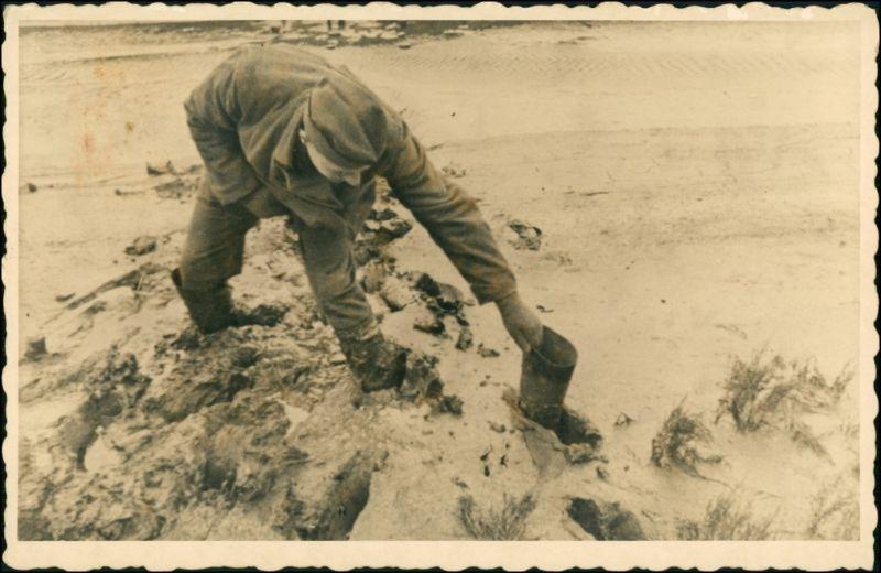 Militär/Propaganda - Soldat holt Stiefel aus Strandmorast 2. WK 1940