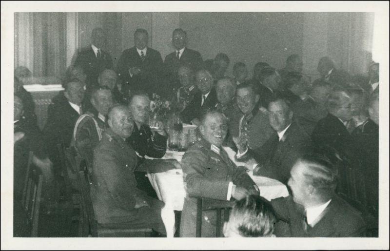 Ansichtskarte  Soldaten bei einer Feier, Bier trinken 1940