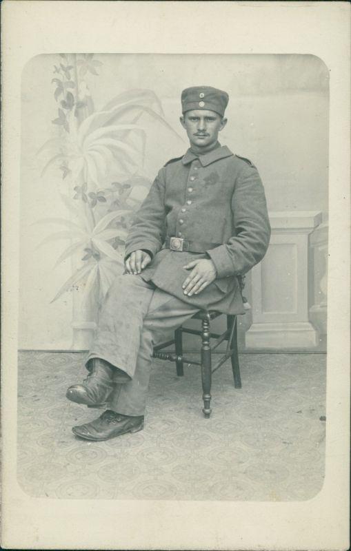 Foto  Atelierfoto: Soldat auf Stuhl Militaria WK1 1917 Privatfoto