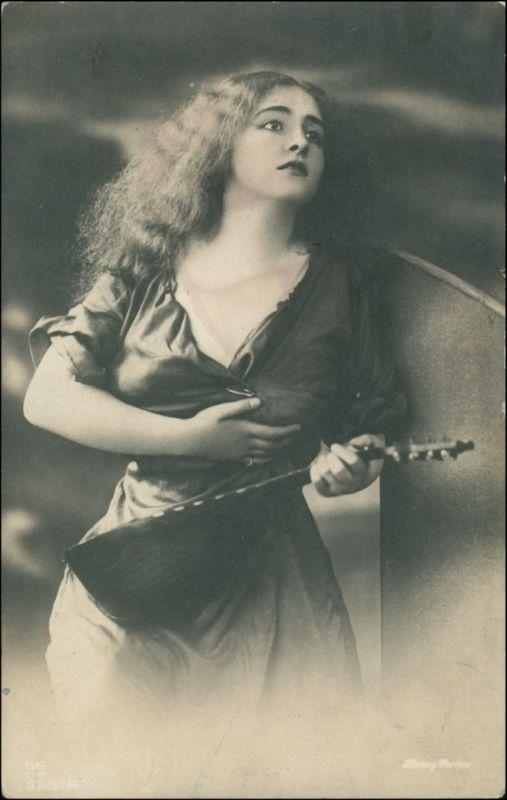 Menschen / Soziales Leben - Erotik (Nackt - Nude) Junge Frau Instrument 1918