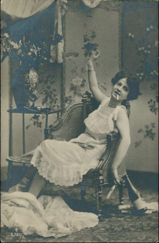 Frau mit Zigarette im Sessel Menschen / Soziales Leben Erotik 1911 Privatfoto