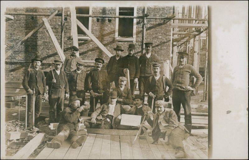 Foto  Bauarbeiter vor Haus - Pause, Gruppenbild 1915 Privatfoto