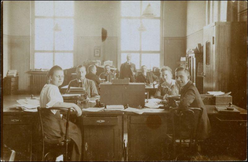 Männer und Frauen im Betriebsbüro Privatfoto AK 1914 Privatfoto