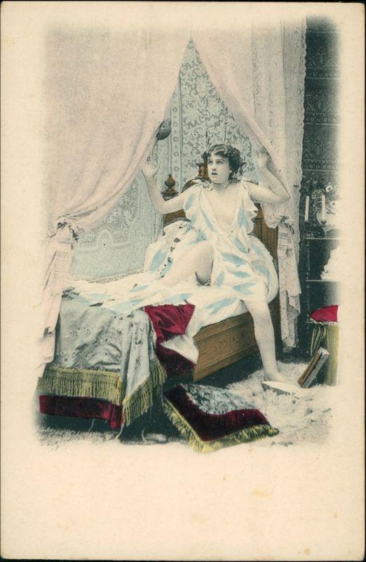 Junge Frau im Bett Menschen / Soziales Leben - Erotik (Nackt - Nude) 1900