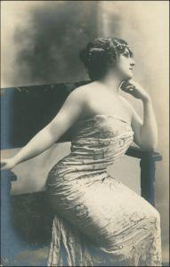 Ansichtskarte  Erotik - junge Frau sitzt lassiv auf Stuhl - Fotokunst 1908