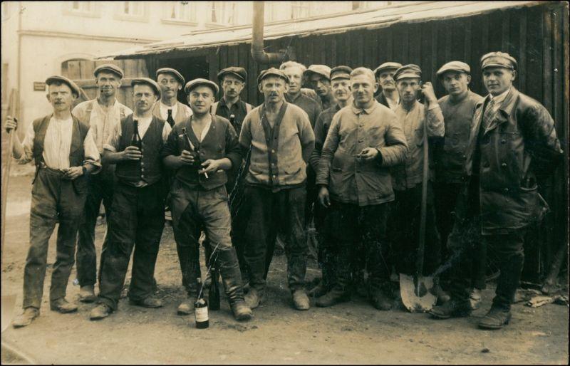Foto  Arbeiter mit Bier vor der Fabrik Zeitgeschichte 1913 Privatfoto