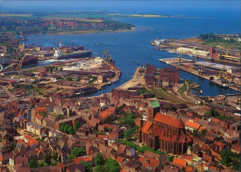 Ansichtskarte Wismar Luftbild mit Altstadt, Hafen und Nikolaikirche 1995 0