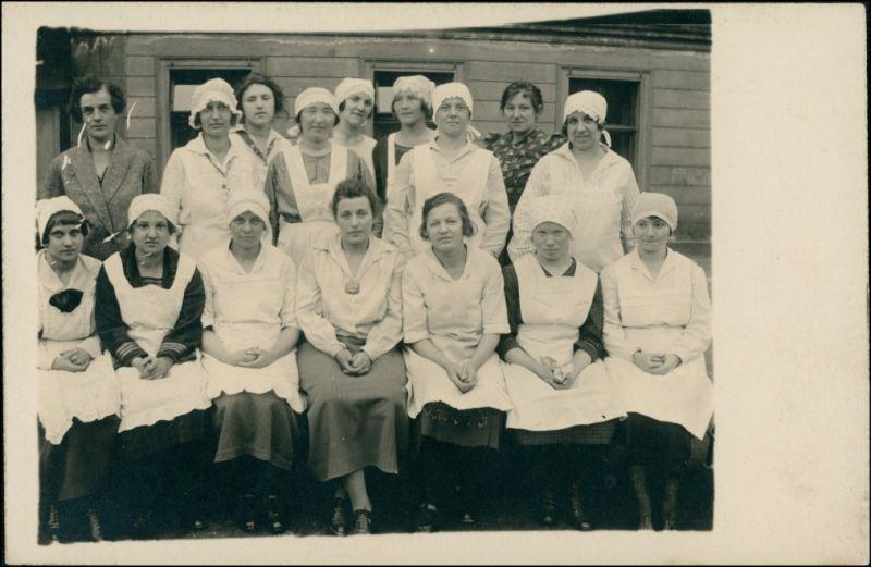 Ansichtskarte  Berufe Frauen vor Baracke 1922