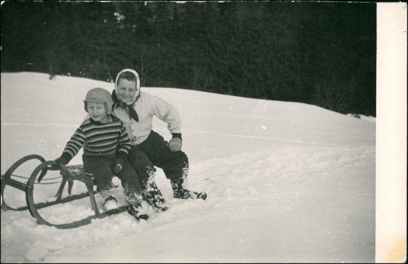 Foto  Wintersport: Schlitten/Rodeln Frau und Kind 1962 Privatfoto