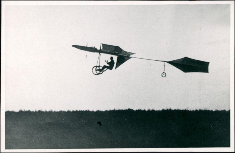 Hans Grade in seinem selbstgebauten Flugzeug 1908/1930 Privatfoto