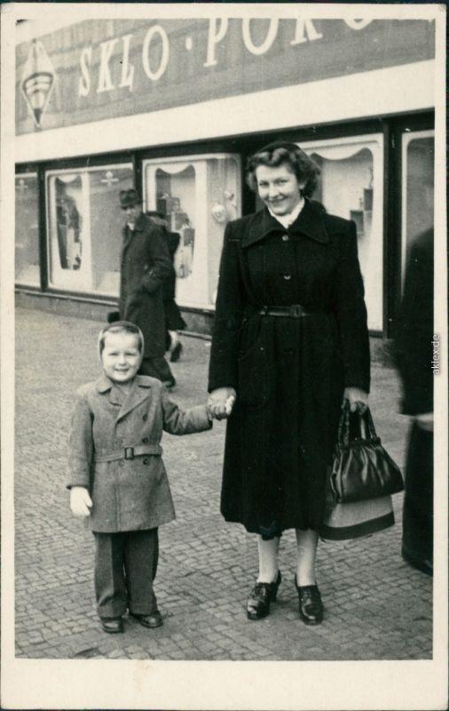 Prag Praha Mutter mit Kind beim Einkaufsbummel vor Geschäften 1953 Privatfoto