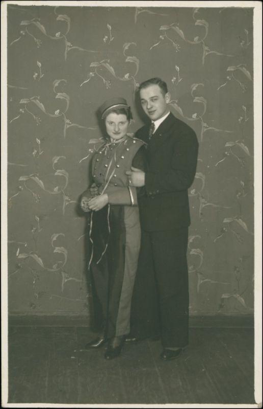 Ansichtskarte  Junge Frau und Mann - Karneval - Atelierfoto 1932