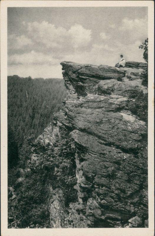 Alexisbad-Harzgerode Umland-Ansicht, Frau auf dem Habichtsstein 1955