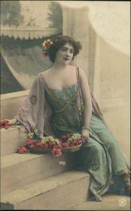 Ansichtskarte  Erotik junge Frau Lassiv auf der Treppe 1906