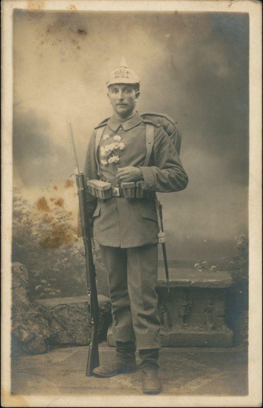 Ansichtskarte  Soldat Pickelhaube 241, Gewehr, Blumen Atelierfoto 1916