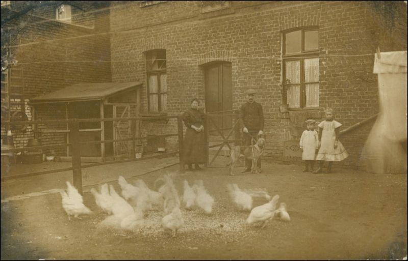 Foto  Familie auf dem Hof - Hühnerfütterung 1913 Privatfoto