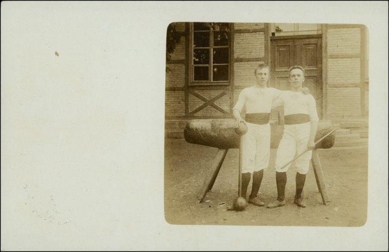 Foto  Jungen vor Pferd mit Hantel Sportler: Turnen 1914 Privatfoto