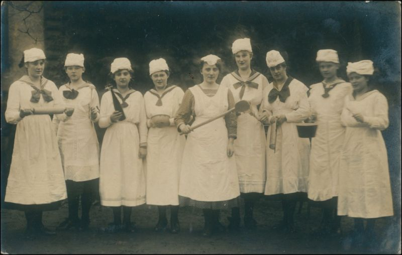 Foto  Frauen Gruppe Echtfoto, eventuell Koch-Schule 1919 Privatfoto